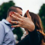 Por que a aliança é usada no dedo anelar? Descubra TUDO neste post!