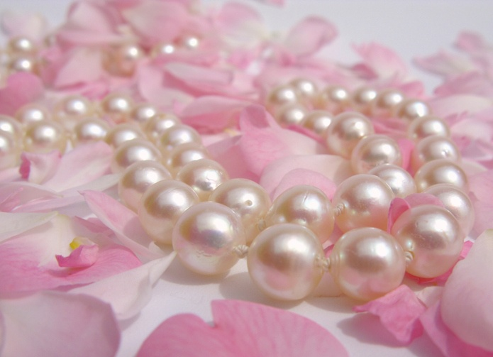 pérolas e petalas de rosas